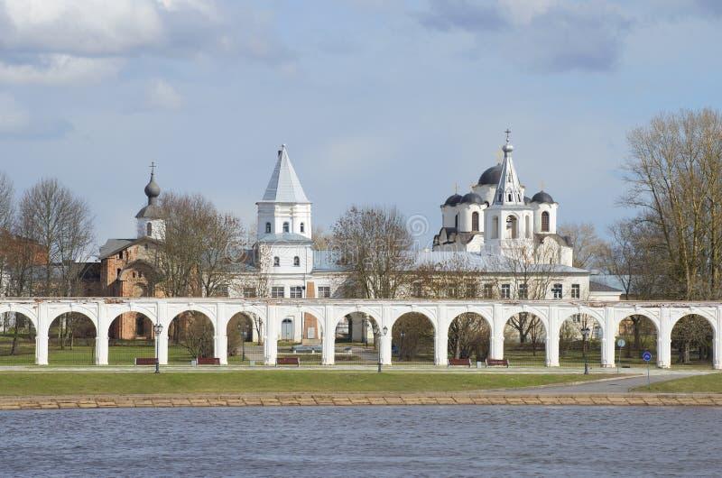 O dia nebuloso do pátio de Yaroslav em abril Veliky Novgorod imagens de stock