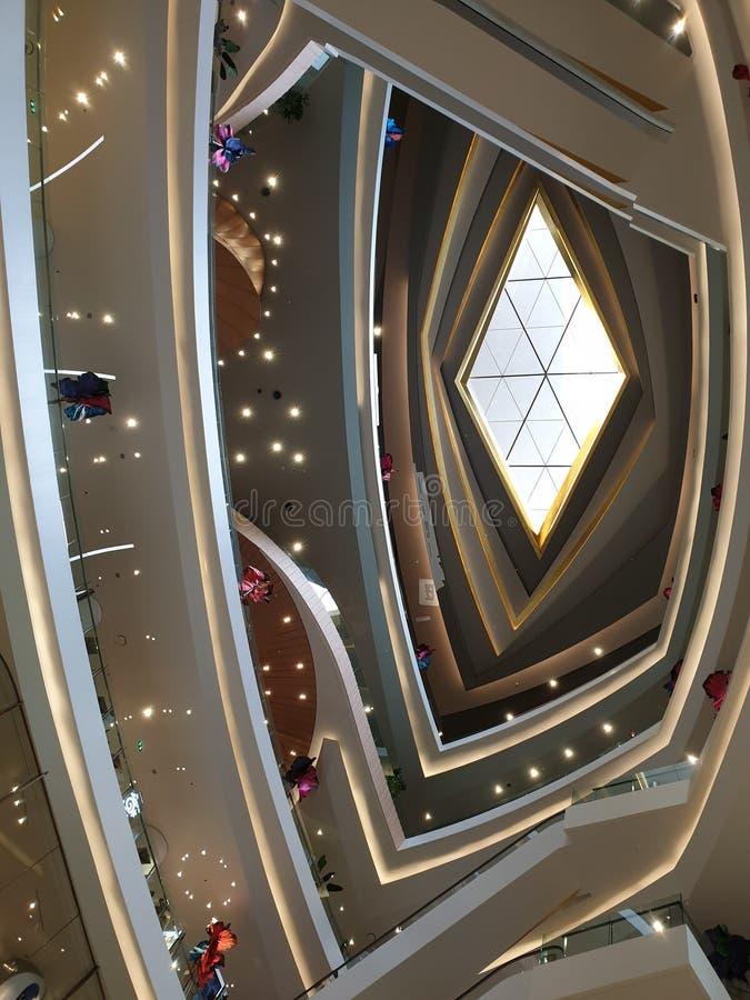 O diamante deu forma ao vidro do teto na alameda imagens de stock