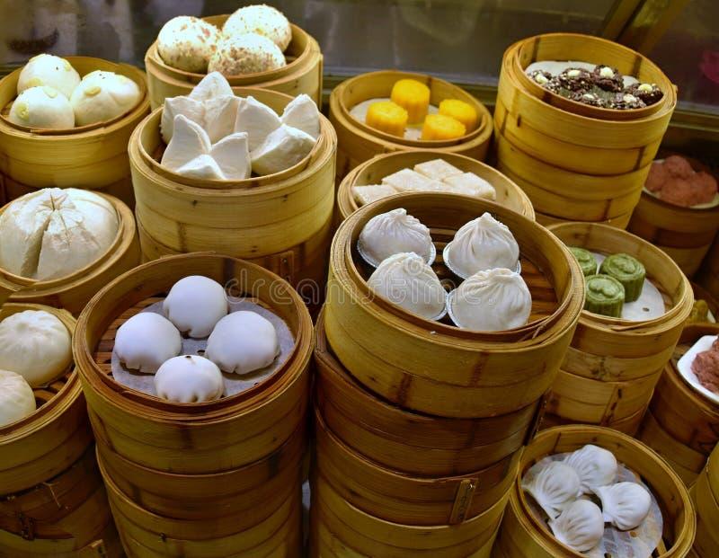 O dim sum, especialidade da culinária cantonês, preparou-se e serviu-se nos navios pequenos fotos de stock