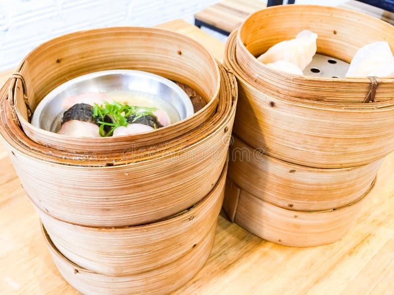 O dim sum, este ? um alimento chin?s popular que foram cozinhadas Est?o na cesta de bambu pequena Na imagem, h? seis imagens de stock royalty free