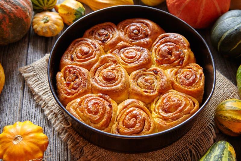 O dinamarquês tradicional picante dos rolos do bolo da massa da abóbora da canela cozeu o bolo doce do deleite da queda do vegeta imagem de stock royalty free