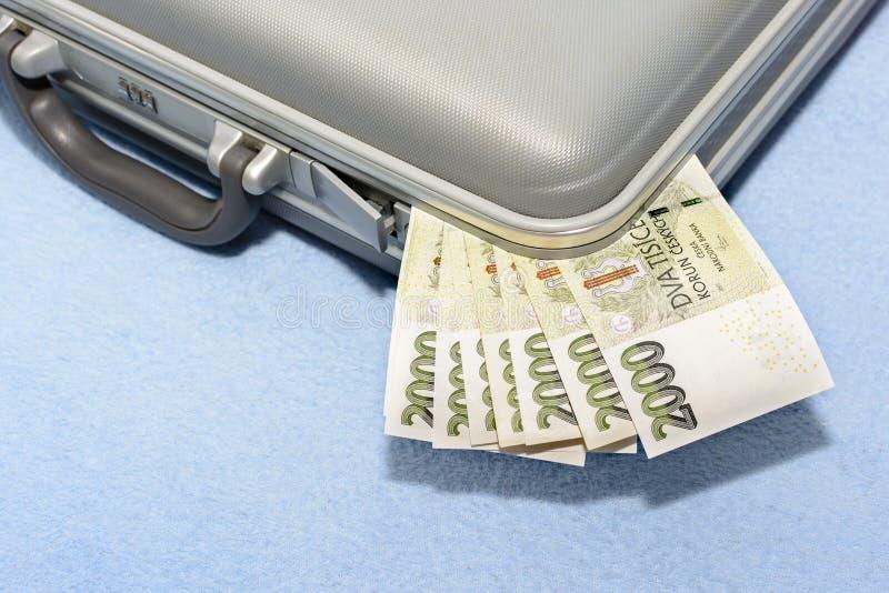 O dinheiro checo riscou em uma mala de viagem cinzenta do metal fotos de stock