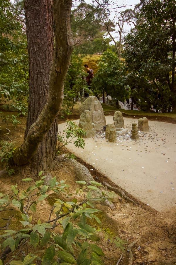 O dinheiro de pedra, moedas de jogo ao budista shrined imagens de stock