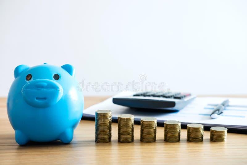 O dinheiro de salvamento para o futuro, pilhas da moeda para intensifica o negócio crescente fotografia de stock royalty free