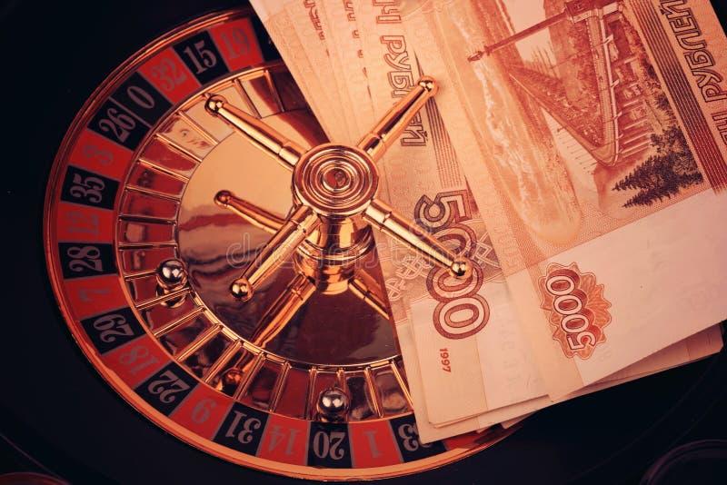 O dinheiro do rublo de russo do jogo do casino da roleta tonificou a foto imagem de stock