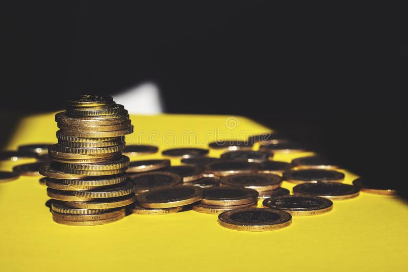 O dinheiro e a conta da economia financiam o conceito do negócio do banco, conceito da falência foto de stock royalty free