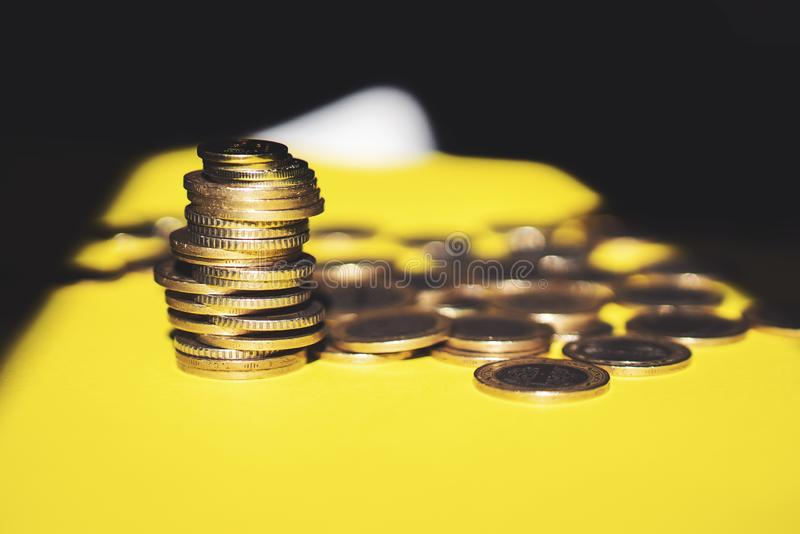O dinheiro e a conta da economia financiam o conceito do negócio do banco, conceito da falência fotografia de stock royalty free