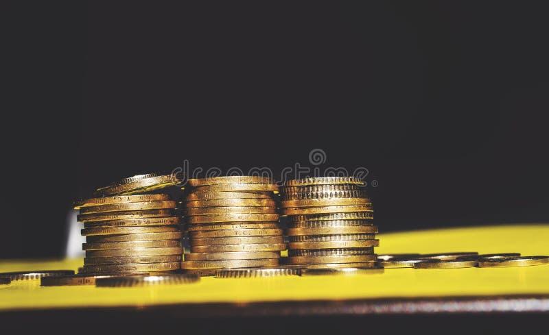 O dinheiro e a conta da economia financiam o conceito do negócio do banco, conceito da falência imagem de stock