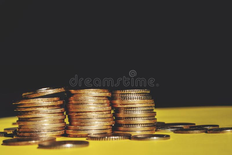 O dinheiro e a conta da economia financiam o conceito do negócio do banco, conceito da falência imagem de stock royalty free