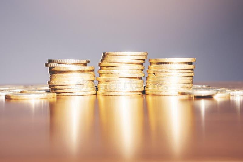 O dinheiro e a conta da economia financiam o conceito do negócio do banco, conceito da falência fotos de stock royalty free