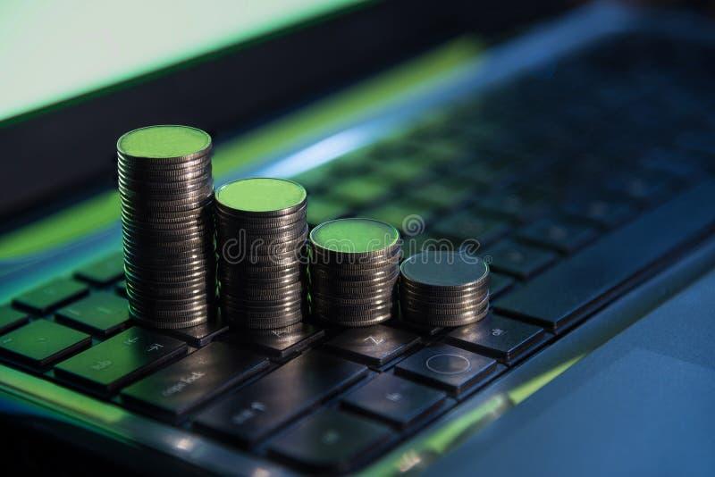 O dinheiro financeiro do negócio inventa no teclado, comércio em linha do estoque, imagem de stock royalty free