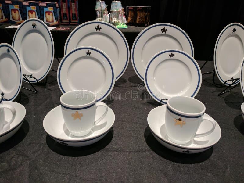 O dinnerware Star Trek está definido na Convenção Star Trek imagens de stock royalty free