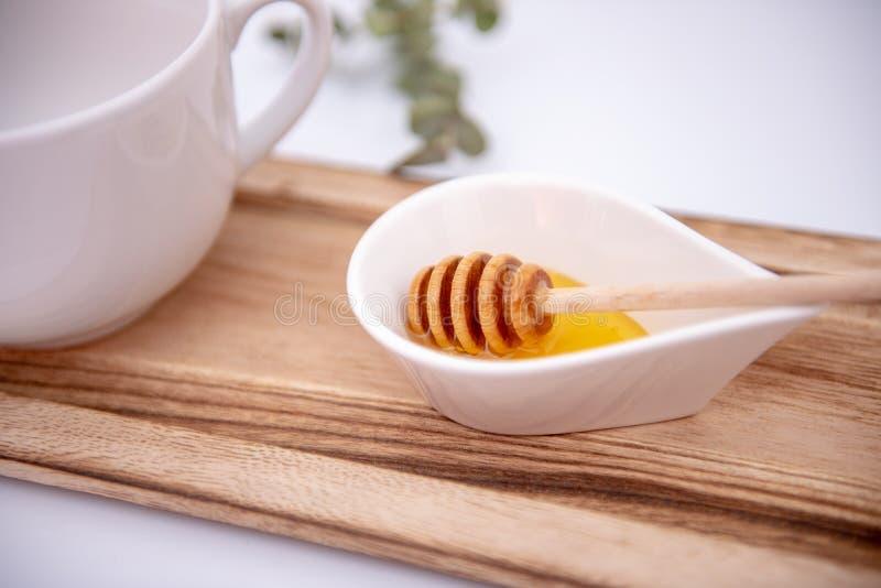 O dipper do mel e um branco podem imagem de stock royalty free