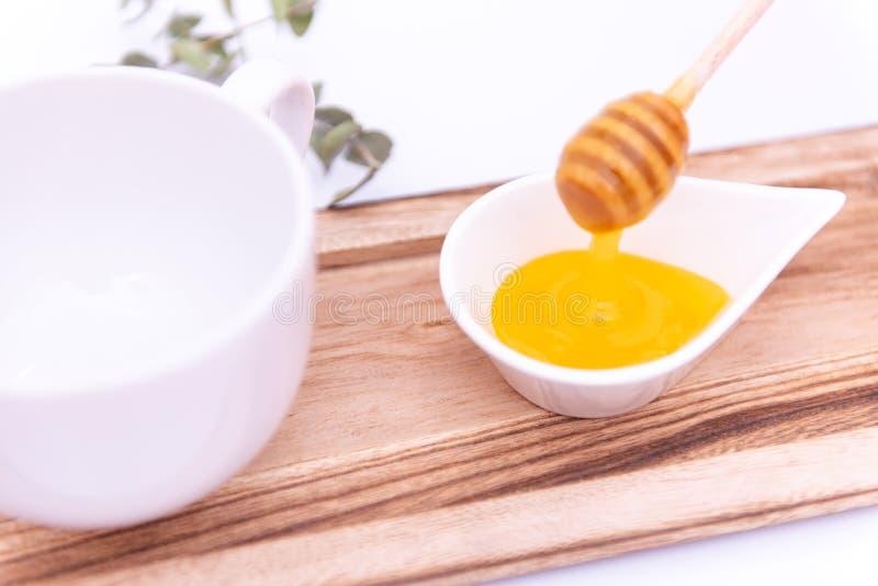 O dipper do mel e um branco podem fotografia de stock