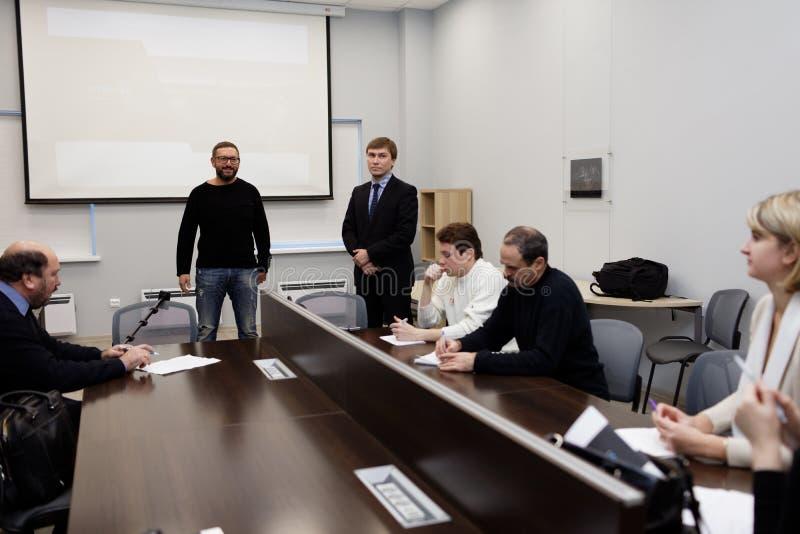O diretor geral de Vitrulux Bronislav Gorlinsky fala com imprensa imagens de stock royalty free