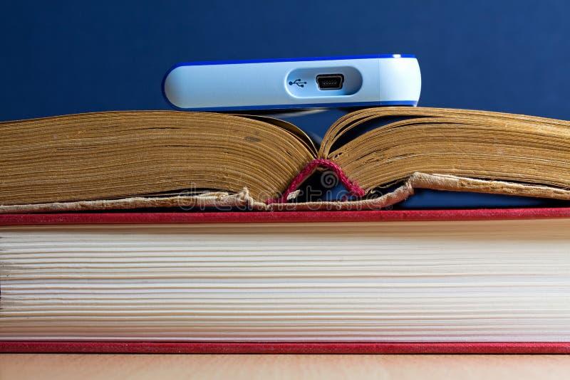 O disco rígido nos livros foto de stock