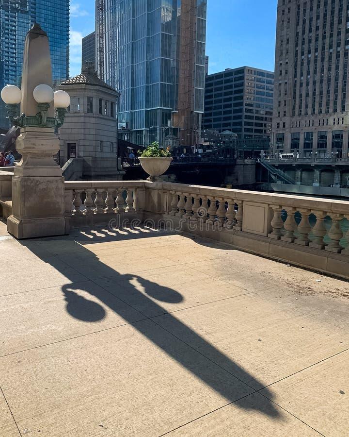 O dispositivo elétrico claro no laço de Chicago cria uma sombra longa do verão no passeio da movimentação de Wakcer imagens de stock royalty free