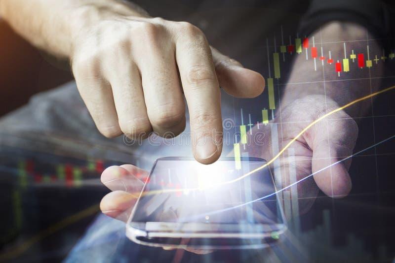 O dispositivo móvel nas mãos para o negócio conectou globalmente com o 5G imagem de stock royalty free