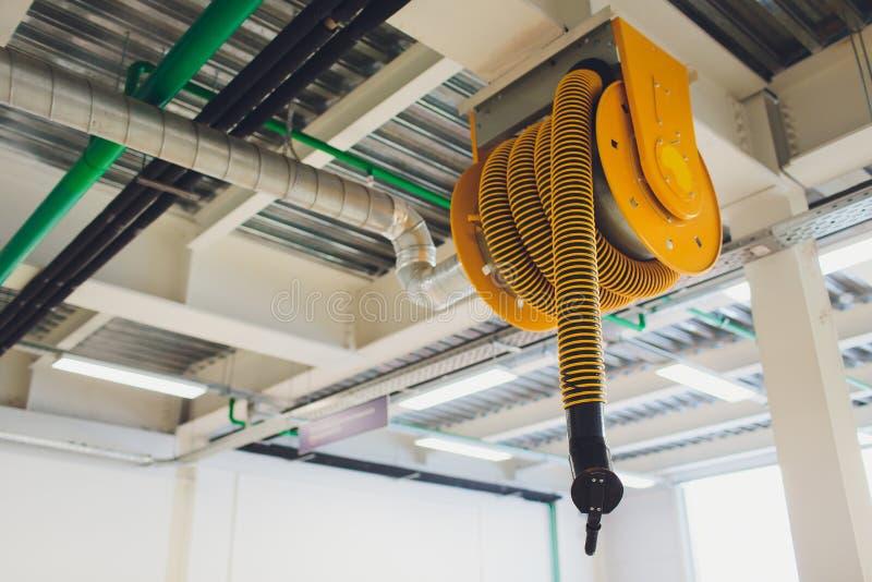 O dispositivo para remover os gáss de exaustão na oficina de reparações do carro Equipamento do serviço do carro ventilação Exaus fotos de stock