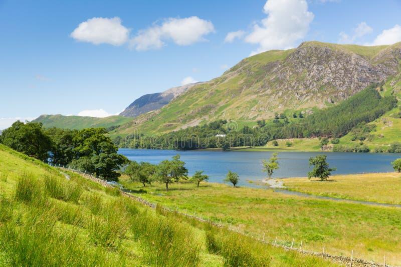 O distrito Cumbria Inglaterra Reino Unido do lago Buttermere em um dia de verão ensolarado bonito cercada perto abate fotografia de stock