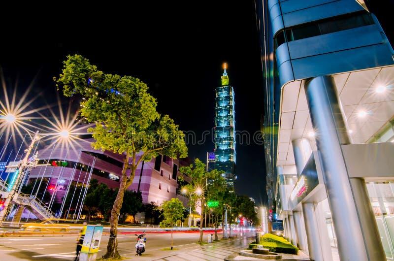 O distrito de Xinyi e o arranha-céus de Taipei 101, a construção foram classificados oficialmente como o mundo foto de stock royalty free