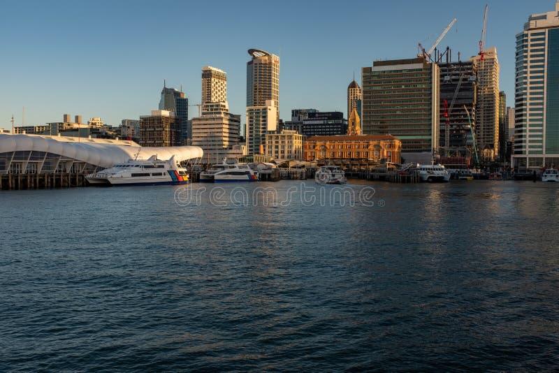 O distrito financeiro central de Auckland visto da plataforma da balsa como entra no porto de Auckland imagem de stock