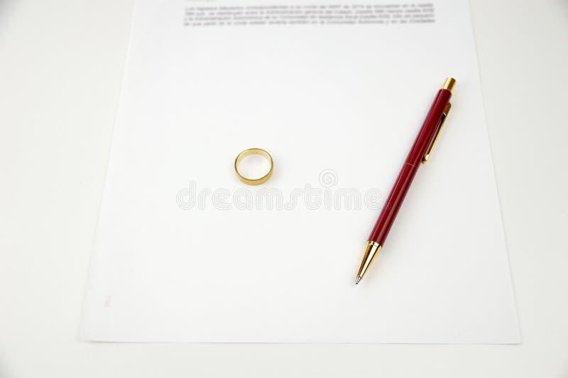 O divórcio de papel apronta-se para assinar fotografia de stock