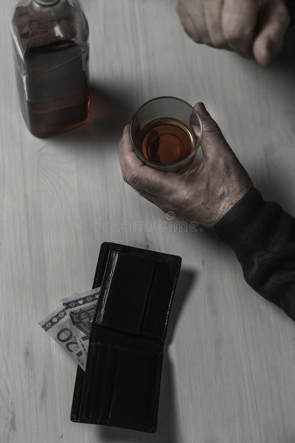 O divorciado cai no alcoolismo imagem de stock