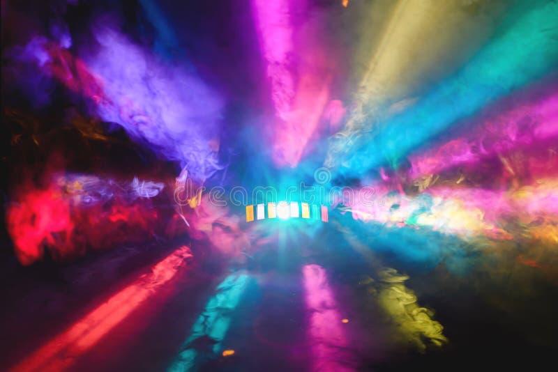 O DJ colorido Party luzes e tela cheia da coberta da névoa imagens de stock