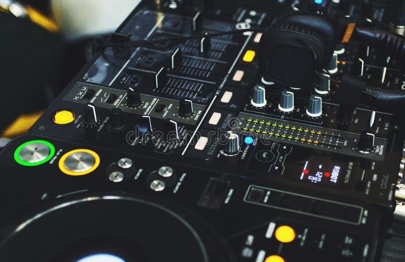O DJ consola com fones de ouvido do DJ perto acima fotos de stock royalty free