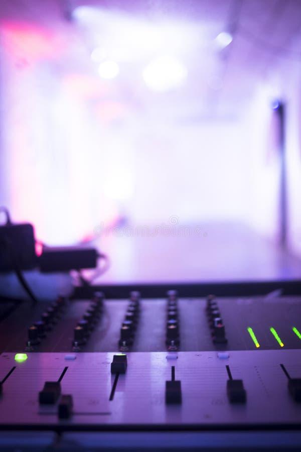 O DJ consola o clube noturno de mistura do partido da música da casa de Ibiza da mesa fotografia de stock royalty free