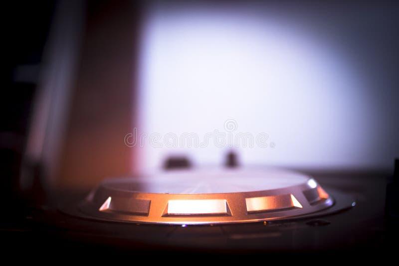 O DJ consola o clube noturno de mistura do partido da música da casa de Ibiza da mesa foto de stock