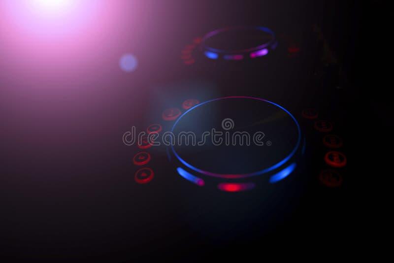 O DJ consola o partido da música no clube noturno fotografia de stock royalty free