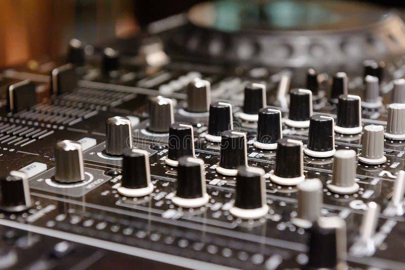 O DJ consola o partido de mistura da música da casa de Ibiza da mesa do disco-jóquei do CD mp4 no clube noturno fotos de stock