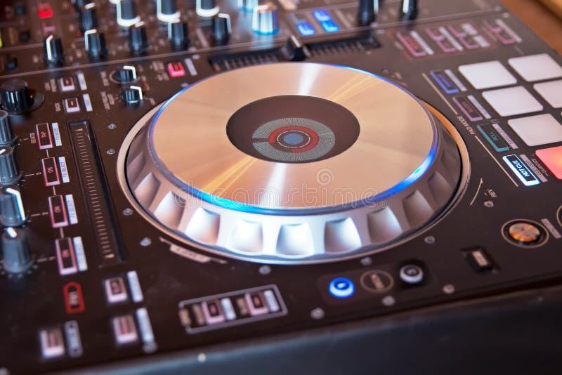 O DJ consola o partido de mistura da música da casa de Ibiza da mesa do disco-jóquei do CD mp4 no clube noturno com luzes colorid imagens de stock royalty free