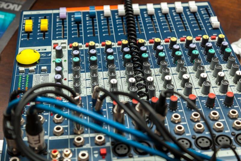 O DJ controla, o controle de volume, equipamento para partidos ao headphon do DJ fotografia de stock