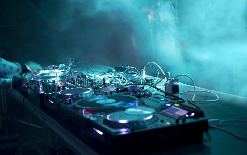 O DJ está em um partido fotos de stock royalty free