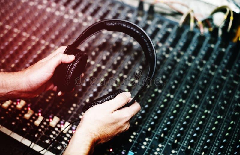 O DJ está em uma estação do misturador imagem de stock