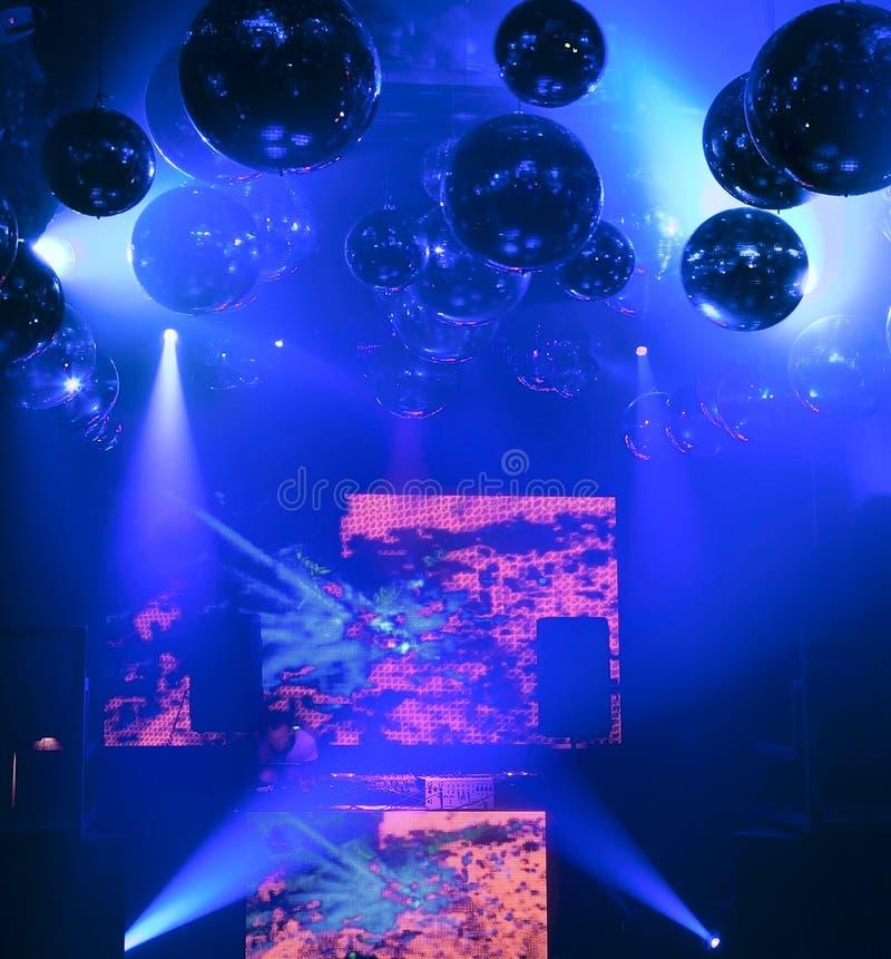 O DJ mistura em um clube nocturno na cena ilustração do vetor