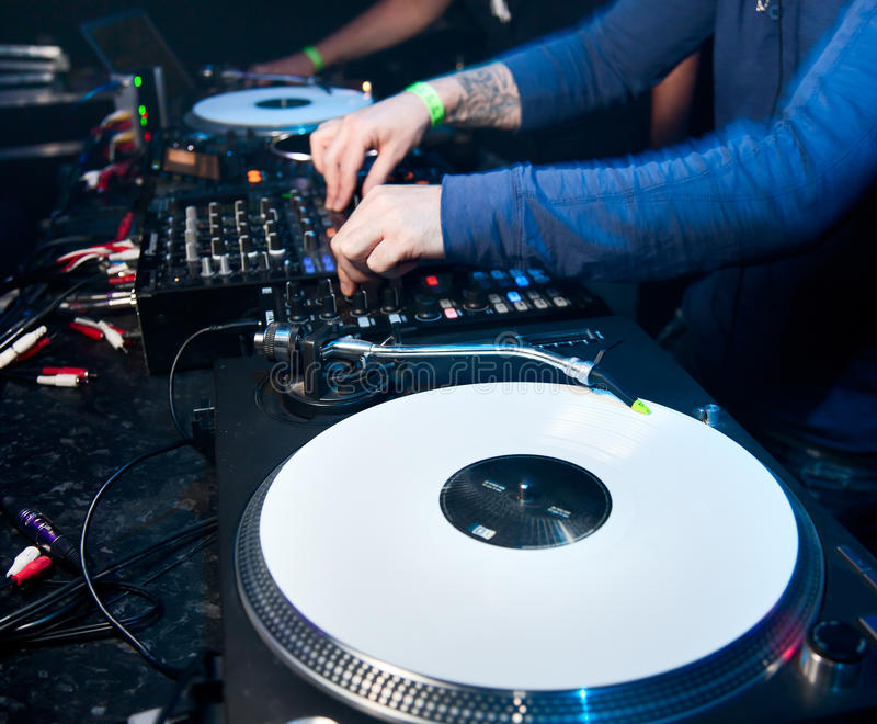 O DJ mistura a trilha no clube nocturno fotografia de stock royalty free