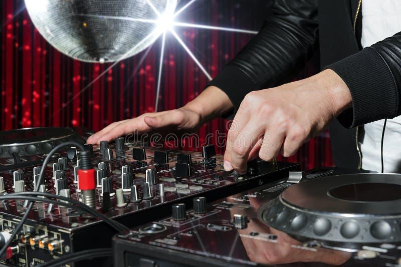 O DJ no clube noturno party fotografia de stock