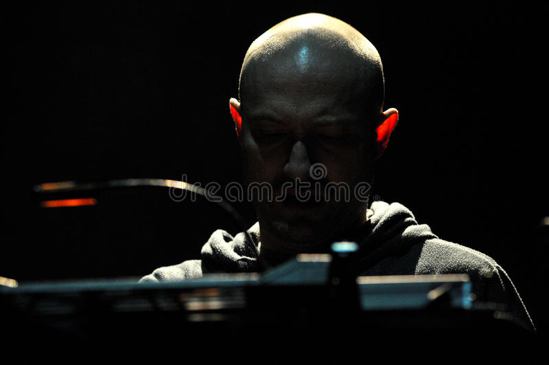 O DJ Paul Kalkbrenner de Berlim, Alemanha executa vivo na fase imagens de stock royalty free
