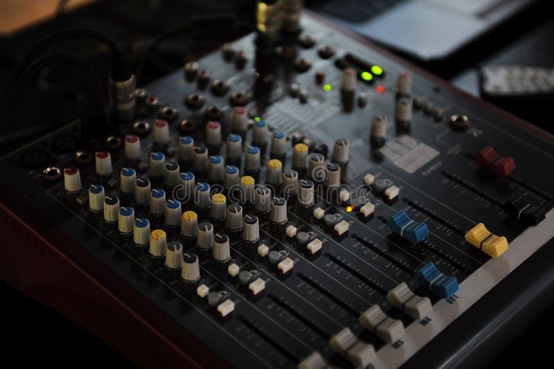 O DJ pequeno consola a mesa de mistura foto de stock