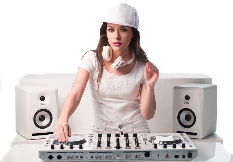 O DJ 'sexy' na moda vestiu-se na música de mistura branca fotografia de stock royalty free