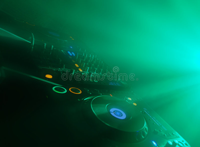 O DJ tabela em um concerto