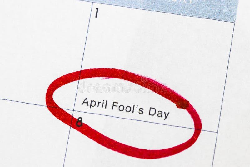 O ` do dia do ` s do tolo do ` é um texto escrito no calendário, circundado no marcador vermelho fotografia de stock