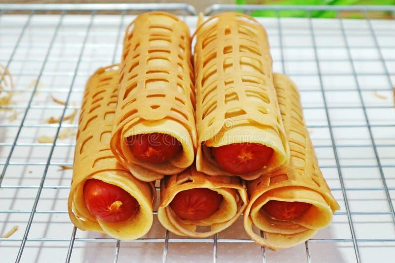 O ` do Tóquio de Khanom do ` rolou a panqueca enchida com salsicha fotos de stock royalty free
