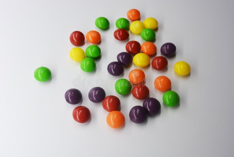 O doce colorido delicioso popular está no fundo branco foto de stock royalty free