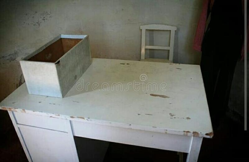 O doctor& x27; mesa antiga de s imagem de stock
