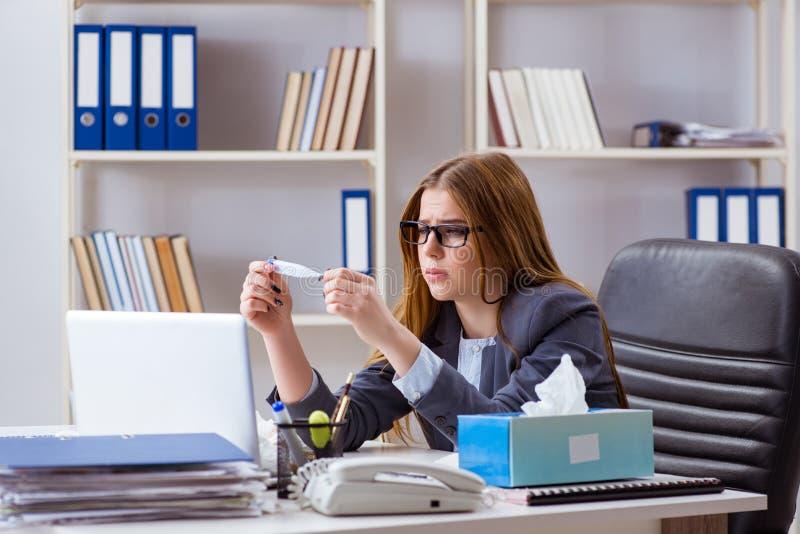 O doente do empregado da mulher de negócios no escritório imagens de stock royalty free